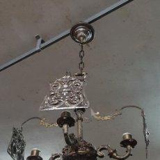 Antigüedades: LAMPARA DE TECHO - BRONCE CINCELADO - CON PROTEGE VELAS. Lote 295621833