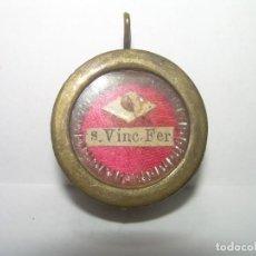 Antigüedades: ANTIGUO Y PEQUEÑO RELICARIO DE LATON.... CON SU LACRA...SAN VICENTE FERRER.. Lote 295623498