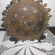 Antigüedades: PLATO DE HIERRO MUY ANTIGUO CON INCRUSTACIONES DE NACAR. Lote 295734648