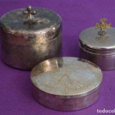 Antigüedades: CONJUNTO DE TRES HOSTIARIOS EN METAL PLATEADO. SIGLOS XIX-XX.. Lote 295746903