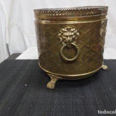 Antigüedades: ANTIGUO MACETERO JARDINERA DE LATON BRONCE CON PATAS Y ASAS DE CABEZA DE LEON 30 CM ALTURA. Lote 295767128