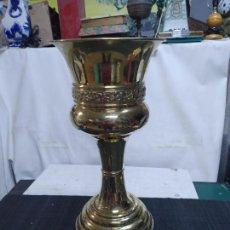 Antigüedades: ANTIGUO MACETERO JARDINERA DE LATON BRONCE 53 CM ALTURA. Lote 295767273