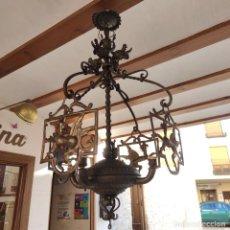 Antigüedades: BELLA Y ELEGANTE LÁMPARA DE FORJA ANTIGUA. 4 LUCES CON PANTALLAS DE DRAGONES EN CHAPA. 110 CM ALTO.. Lote 295910923