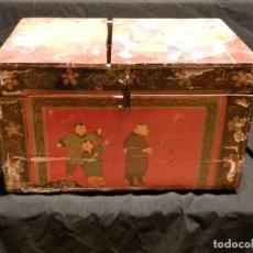 Antigüedades: BAUL CAJA ORIENTAL CHINA SIGLO XIX, LACADA CON PINTURAS. Lote 295989403