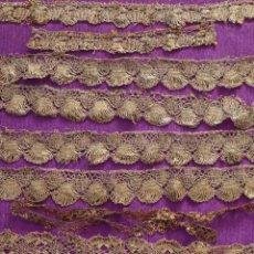 Antigüedades: CONJUNTO DE ENCAJES DE CONCHA ELABORADOS EN HILO METÁLICO DORADO. HACIA 1900. MIDEN 330 CM.. Lote 296045608