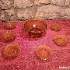 Antigüedades: ANTIGUO JUEGO DE FRUTERA / BOL / FUENTE CON PLATOS DE CRISTAL MARRÓN PRENSADO AÑOS 50. Lote 296060158