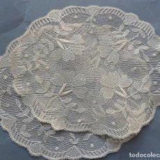 Antigüedades: PAREJA DE ANTIGUOS TAPETES DE ENCAJE PPIO.S.XX. Lote 296685553
