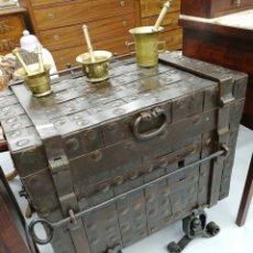 Antigüedades: BAÚL ANTIGUO MADERA Y HIERRO. Lote 296699628