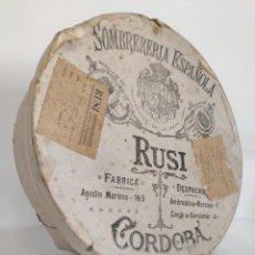 Antigüedades: ANTIGUA CAJA DE SOMBRERO SOMBRERERÍA ESPAÑOLA RUSI CÓRDOBA. Lote 296725808