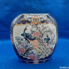 Antigüedades: VIEJO FLORERO DE PORCELANA JAPONESA. Lote 296742723
