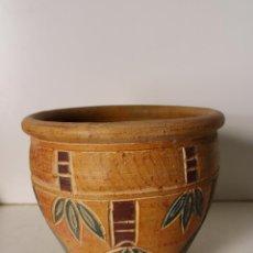 Antigüedades: MACETERO CERAMICA CON HOJAS VERDES. Lote 296769993