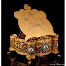 Antigüedades: ANTIGUO ATRIL DE IGLESIA DE METAL DORADO Y ESMALTES. FRANCIA, CIRCA 1900. Lote 296833288
