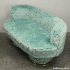 Antigüedades: PEQUEÑO SOFA EN PELUCHE DE LOS AÑOS 70.. Lote 296915473