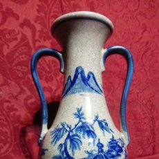 Antigüedades: JARRON ANFORA PORCELANA ESTILO BLUE WILLOW - PAISAJE CASAS CHINA -. Lote 296953073