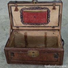 Antigüedades: BAÚL DE PIEL. Lote 297082953