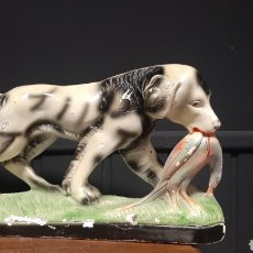 Antigüedades: FIGURA PERRO MORIDIENDO AVE PERDIZ. Lote 297163788