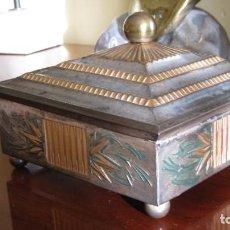 Antigüedades: ANTIGUA CAJA METÁLICA CON POLICROMÍA ANTIGUA 13 X 13 CMTS.. Lote 297165818