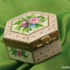 Antigüedades: CAJA PASTILLERO PINTADA CON REMATES LATÓN. LIMOGES. PAINTED PILL BOX WITH BRASS FINIALS.. Lote 297246083