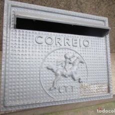 Antigüedades: CORREIO CORREO CARTAS - BUZÓN ALUMINIO, TECHO PEANA PARED O EMPOTRAR, ALUMINIO 27X22X23 2.5KG +INFO. Lote 297348388