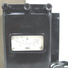 Radios antiguas: ANTIGUO MEDIDOR DE OHMNIOS - AEG BAQUELITA AÑOS 50 +CAJA - A BATERIA - TESTER COMPROBADOR . Lote 70541761