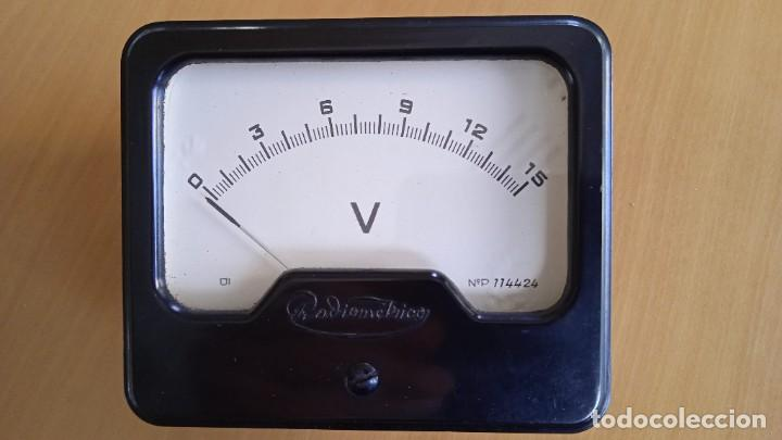 VOLTÍMETRO 15V DC ANALÓGICO VINTAGE. MEDIDAS 10X8,3X5 CM DIÁMETRO 7,5CM (Radios - Aparatos de Reparación y Comprobación de Radios)