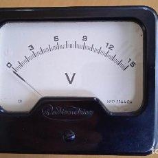 Radios antiguas: VOLTÍMETRO 15V DC ANALÓGICO VINTAGE. MEDIDAS 10X8,3X5 CM DIÁMETRO 7,5CM. Lote 257796035