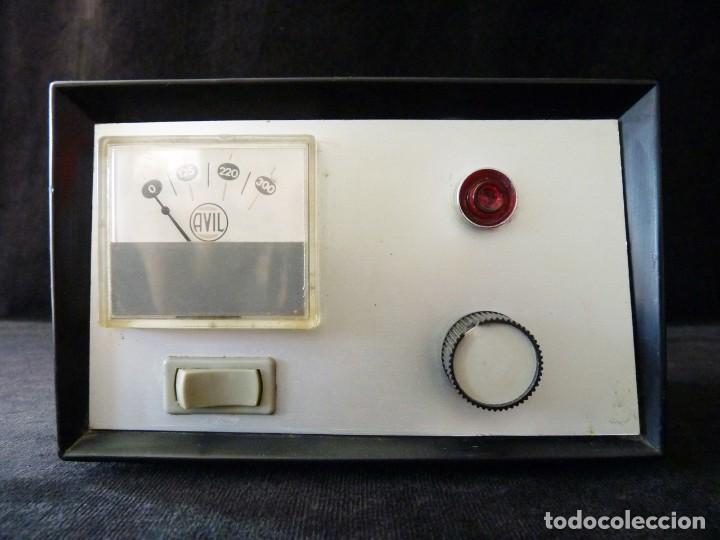 ELEVADOR REDUCTOR AUTOMÁTICO DE TENSIÓN AVIL 125-220 V. AÑOS 60-70. RADIO TV (Radios - Aparatos de Reparación y Comprobación de Radios)