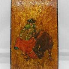 Arte: TABLILLA ANTIGUA EN MADERA CON CROMOLITOGRAFÍA DE MOTIVO TAURINO SOBRE FONDO DORADO .. Lote 76624375