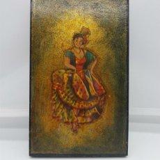 Arte: TABLILLA ANTIGUA EN MADERA CON CROMOLITOGRAFÍA DE MOTIVO FLAMENCO SOBRE FONDO DORADO .. Lote 76624487
