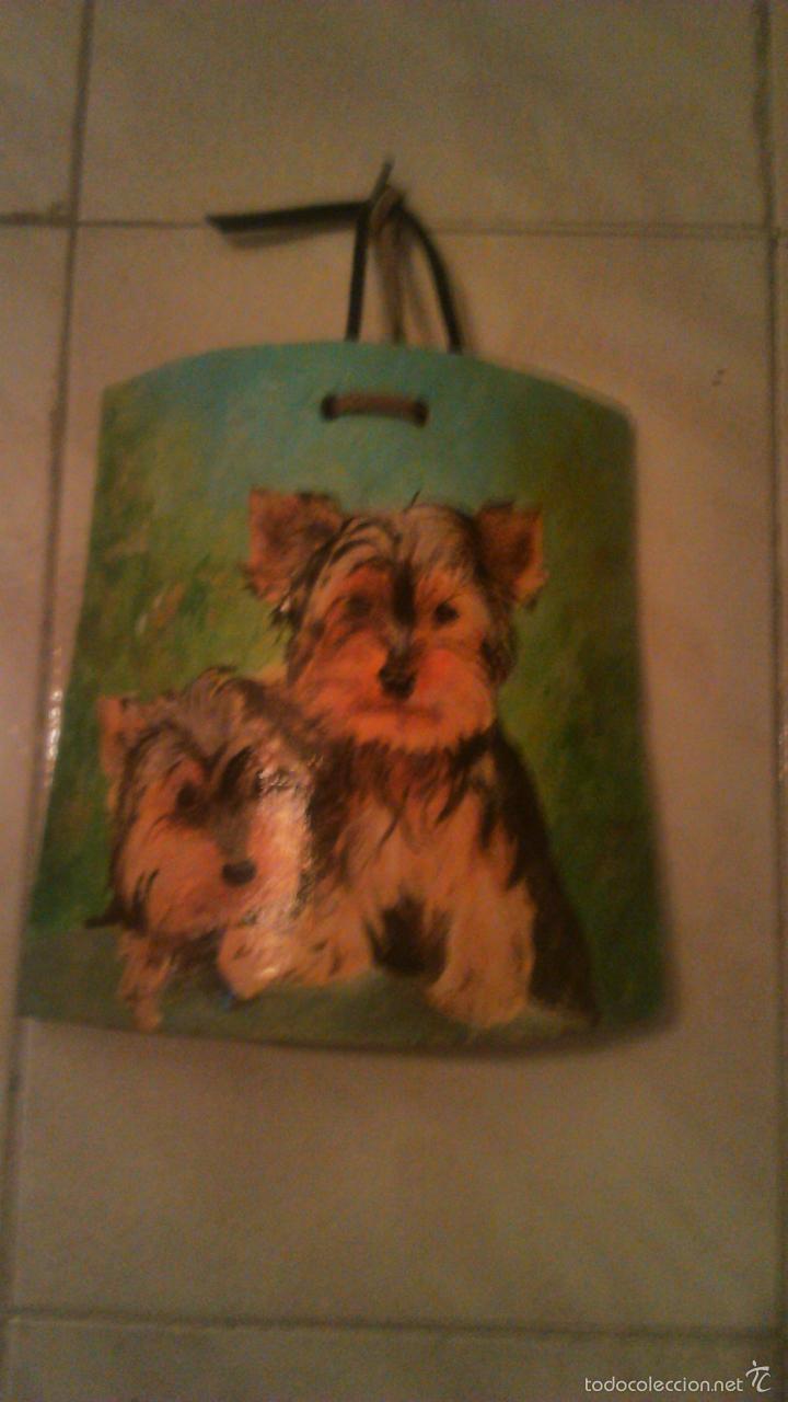 Arte: Precioso dibujo de dos yorsay terrier,pintados a mano en un trozo de teja antigua,firmado por el aut - Foto 2 - 55798548