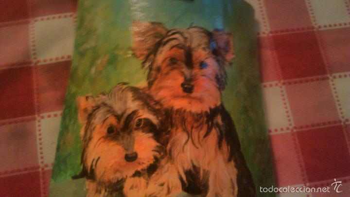 Arte: Precioso dibujo de dos yorsay terrier,pintados a mano en un trozo de teja antigua,firmado por el aut - Foto 5 - 55798548