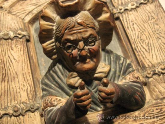 CURIOSA TERRACOTA EN RELIEVE, ARCILLA BLANCA. ANCIANA EN VENTANA, FF.SG.XIX. MIDE 21X18CM. J.M.4291 (Arte - Escultura - Terracota )