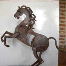 Arte: ESCULTURA CABALLO, EN HIERRO FORJADO SOBRE PEANA DE MADERA. AÑO 2006. Lote 27367383