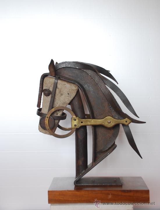 ESCULTURA CABEZA DE CABALLO; EN TECNICA MIXTA , PIEDRA VIRGEN, HIERRO, LATON. AÑO 1970 (Arte - Escultura - Hierro)