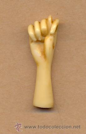 BISUTERIA 133 - MANO EN IMITACIÓN A HUESO 4 CMS LARGO SIGNO CONTRA MAL DE OJO - AÑOS 70 (Arte - Escultura - Hueso)