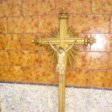Arte: CRISTO CRIFICICADO EN MADERA POLICROMADO Y CRUZ DORADA. Lote 30944011