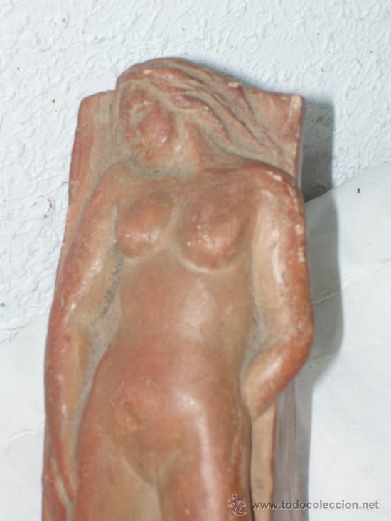 ESCULTURA. RELIEVE. TERRACOTA. BARRO COCIDO. DESNUDO FEMENINO. MUJER. (Arte - Escultura - Terracota )