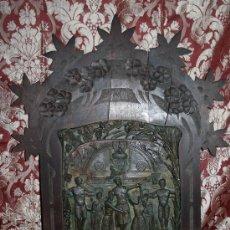Arte: BELLÍSIMO MARCO MODERNISTA EN MADERA TALLADA DE NOGAL - REP. ESTUCO DEL SANTISSIM MISTERI. Lote 31859573