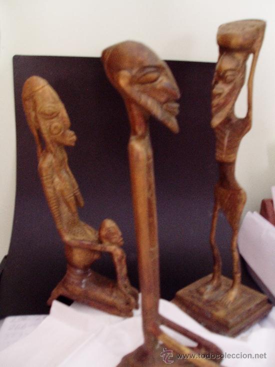 TRES ANTIGUAS TALLAS DE FIGURAS ETNICAS AFRICANAS EN BRONCE MACIZO ALTURA 18 CM. (Arte - Escultura - Bronce)