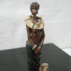 Arte: BELLA ESCULTURA EN RESINA - MUJER NATIVA AFRICANA CON SU PERRO. Lote 38175054