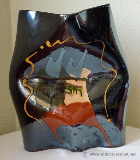 ESCULTURA CERÁMICA DE ESTILIZADAS FORMAS, SUAVES CONTORNOS Y EXCELENTE COLORIDO CON FIRMA DE AUTOR (Arte - Escultura - Porcelana)