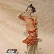 Arte: FIGURA DE MUJER EN RESINA FIRMADA. Lote 71862059