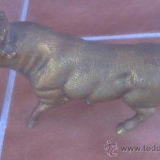 Arte: PRECIOSO TORO LIDIA ESCULTURA REALISTA EN BRONCE CON UN PESO DE 1,750GR. Lote 48819522