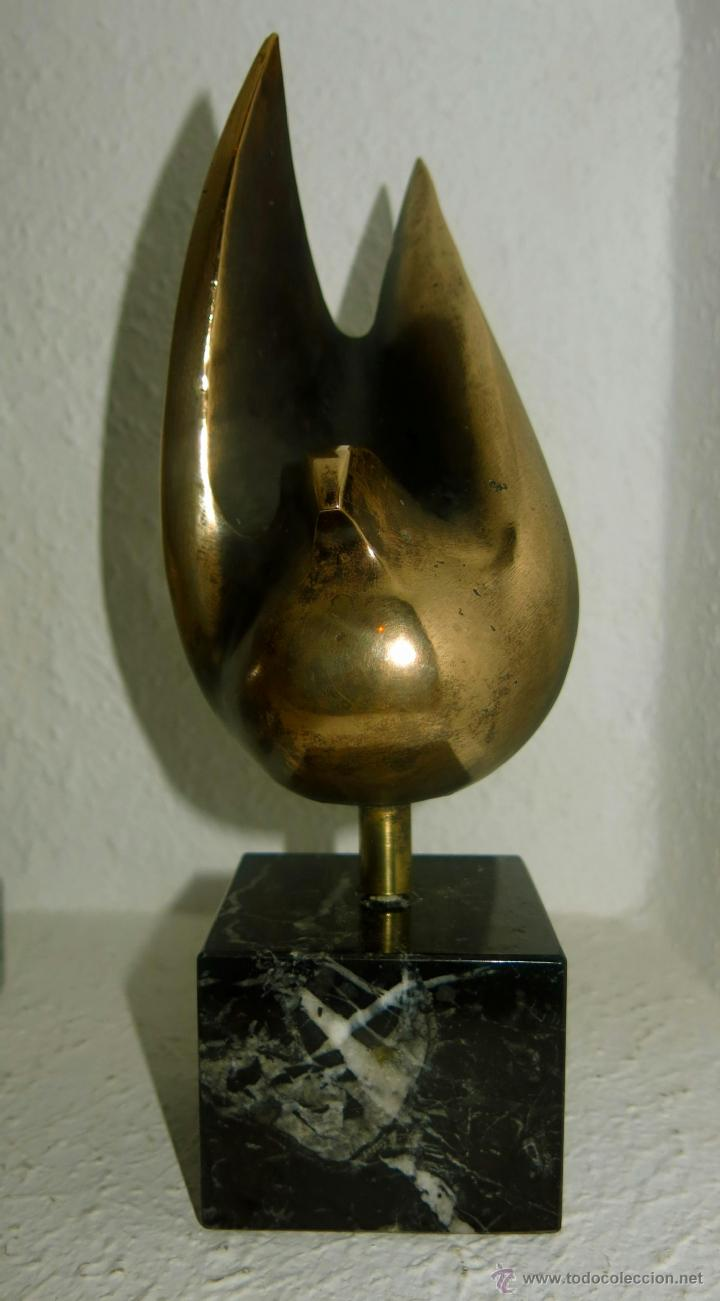 INTERESANTE ESCULTURA EN BRONCE REPRESENTANDO UNA PALOMA, SIN FIRMAR. (Arte - Escultura - Bronce)