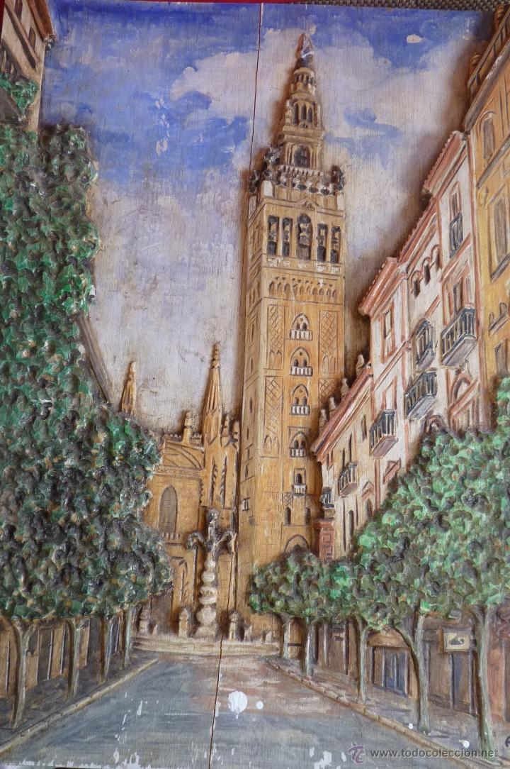 PRECIOSO RELIEVE EN MADERA, TALLA DE LA GIRALDA DE SEVILLA, PINTADO AL OLEO (Arte - Escultura - Madera)