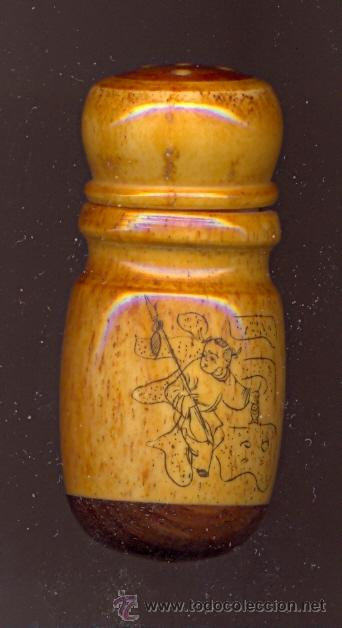 NK5 SALERO EN HUESO CON FORMA DE BASTÓN DE CRICKET PROFUSAMENTE GRABADO CON MOTIVOS DE NIÑOS (Arte - Escultura - Hueso)