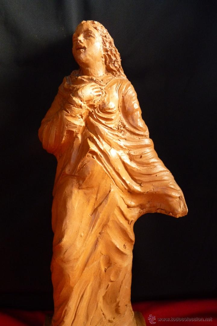 ESCULTURA EN TERRACOTA, MUJER EN ORACION, FIRMADA (Arte - Escultura - Terracota )