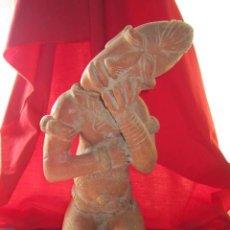 Arte: GRAN FIGURA EN BARRO DE ORIGEN AMERICANO, REPRESENTANDO A INDIO DORMIDO DE RODILLAS.. Lote 29382091