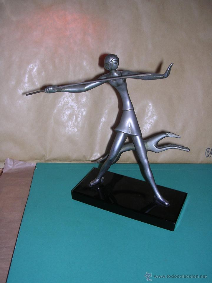 ANTIGUA FIGURA ART - DECO DE BRONCE CROMADA BASE DE CRISTAL NEGRO .( ANTIGUA NO REPRODUCCION) 20X19 (Arte - Escultura - Bronce)