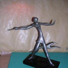 Arte: ANTIGUA FIGURA ART - DECO DE BRONCE CROMADA BASE DE CRISTAL NEGRO .( ANTIGUA NO REPRODUCCION) 20X19 . Lote 43807186